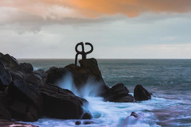 Famosa estatua del peine del viento en el país vasco