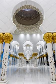 En la famosa gran mezquita sheikh zayed, eau