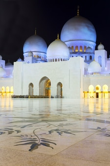 En la famosa mezquita sheikh zayed de abu dhabi por la noche, emiratos árabes unidos.
