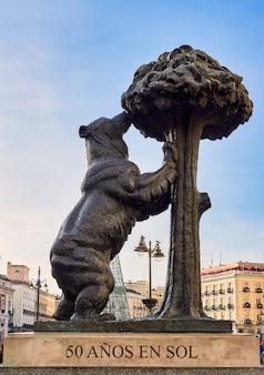 Famosa puerta del sol, con la estatua del oso y el madroño, en madrid, españa