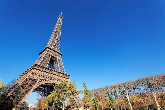 La famosa torre eiffel en parís en otoño