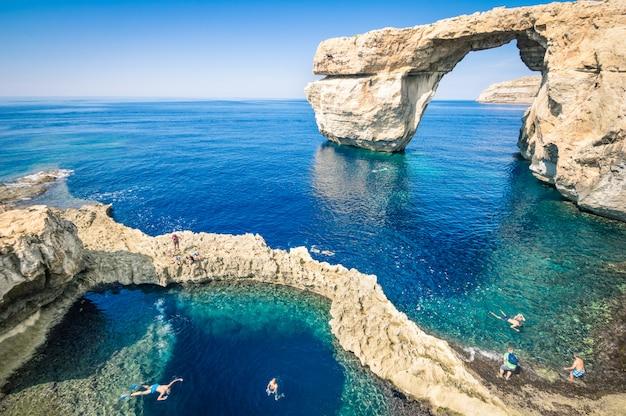 La famosa ventana azul en la isla de gozo: maravilla de la naturaleza mediterránea en la hermosa malta