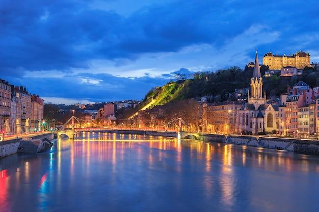 Famosa vista de lyon con el río saona en la noche