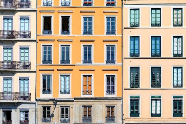 Famosas fachadas en la ciudad de lyon, francia.