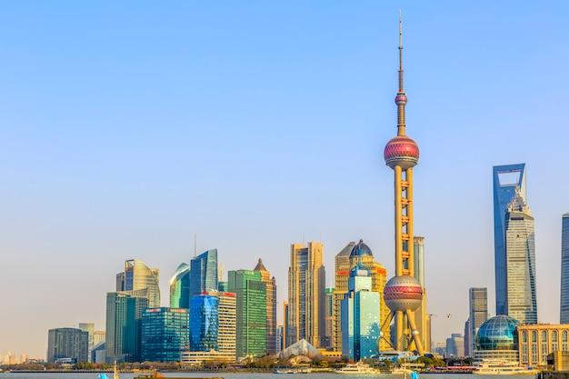 Famoso ciudad oriental finanzas paisaje urbano cielo azul