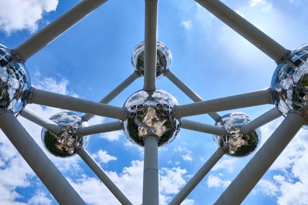 El famoso edificio emblemático atomium