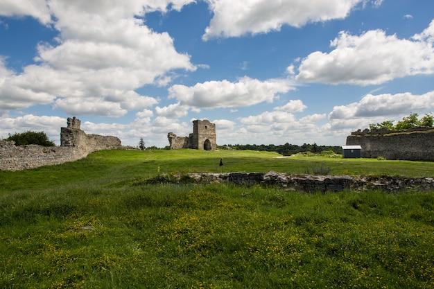 Famoso hito ucraniano: vista panorámica de verano de las ruinas del antiguo castillo en kremenets, región de ternopil, ucrania