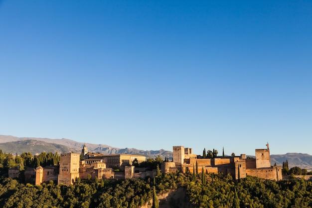 Famoso palacio real de la alhambra (patrimonio de la unesco) desde el mirador frente a la colina de la alhambra