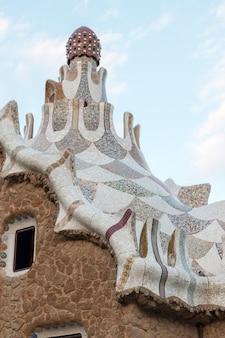 El famoso parque güell ubicado en barcelona, españa.
