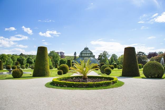 El famoso parque schönbrunn en viena, austria. viajes.