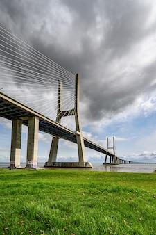 Famoso puente vasco da gama en sacavem, portugal bajo el cielo nublado