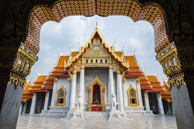 El famoso templo de mármol benchamabophit de bangkok, tailandia