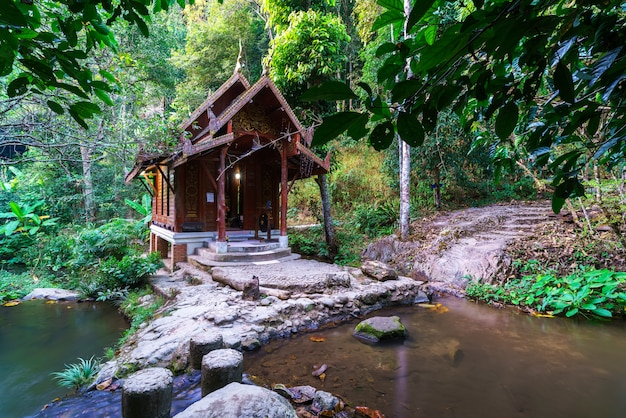El famoso templo en medio del agua de wat khantha pruksa o wat mae kampong en la aldea de mae kampong, chiang mai, tailandia