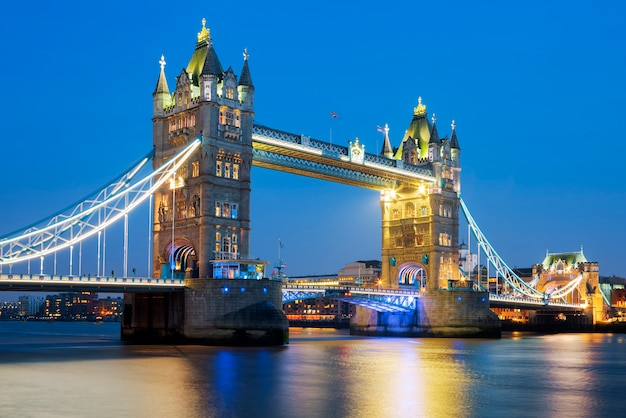 Famoso tower bridge en la noche, londres, inglaterra
