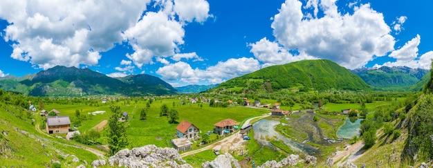 Los famosos manantiales ali-pasha se encuentran cerca de las montañas prokletije.