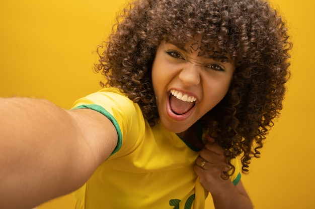 Fan de mujer brasileña celebrando en fútbol