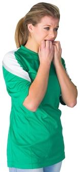 Fanático del fútbol nervioso en verde