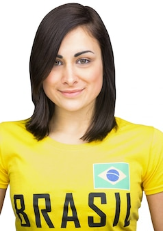 Fanático del fútbol bonito en la camiseta de brasil en el fondo blanco
