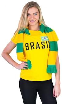 Fanático del fútbol bonito en la camiseta de brasil