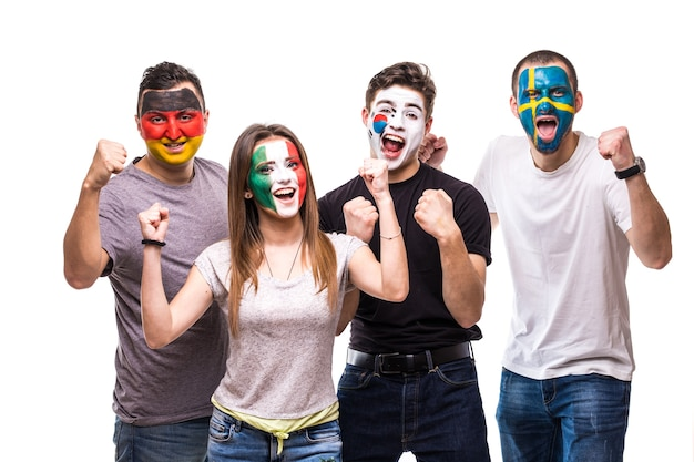 Los fanáticos de los equipos nacionales con la cara pintada de la bandera de alemania, méxico, república de corea, suecia.