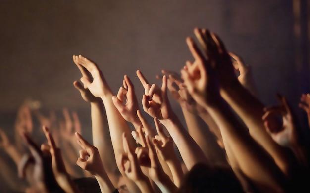 Los fanáticos están tirando de las manos en un concierto de rock
