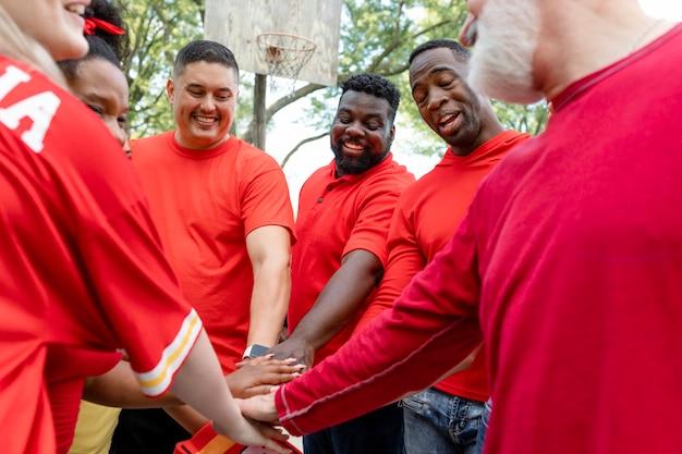 Fanáticos del fútbol en un grupo en una fiesta en el portón trasero