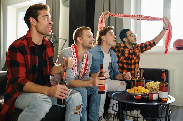 Fanáticos del fútbol viendo un partido de fútbol