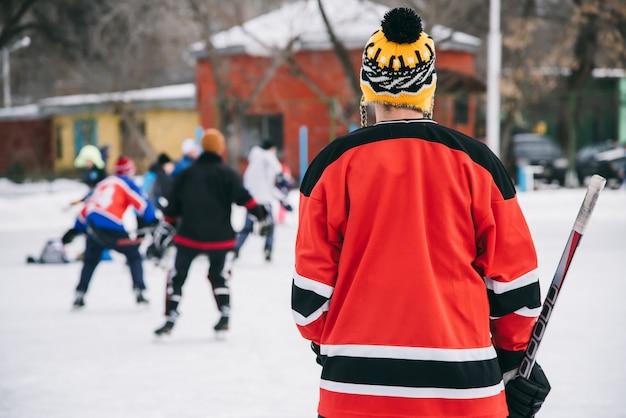 Los fanáticos del hockey se reunieron en el estadio para jugar