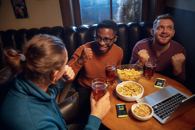 Fans entusiasmados con la aplicación móvil para apostar y anotar en sus dispositivos emociones de juego