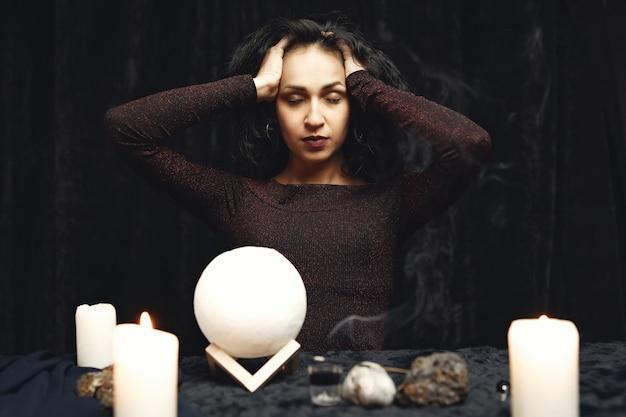 Fantasía hermosa gitana. mujer adivina leyendo el futuro en las cartas mágicas del tarot.