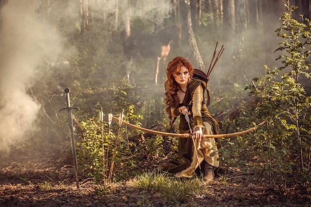 Fantasía medieval mujer cazando en el bosque misterioso