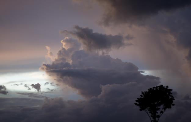 Fantasía y nube dinámica vintage y cielo con textura grunge