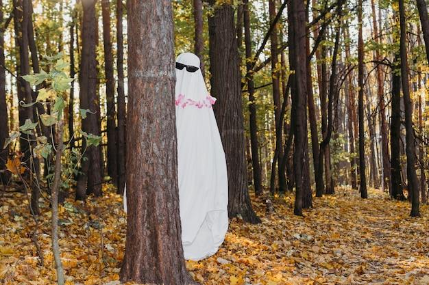 Un fantasma alegre en el bosque.