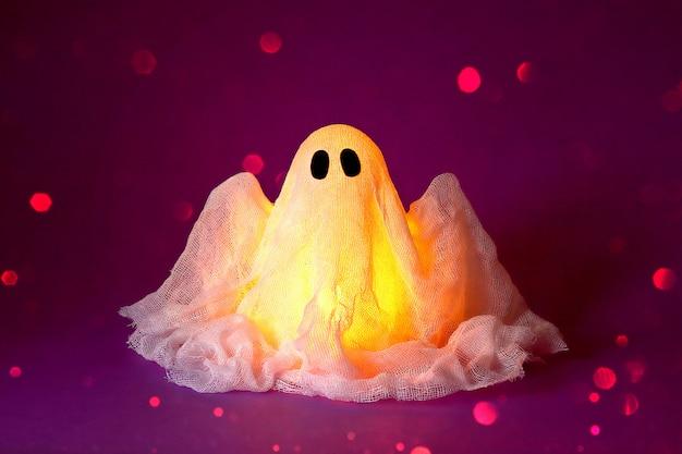 Fantasma de halloween de almidón y gasa