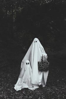 Fantasma con niño en el bosque