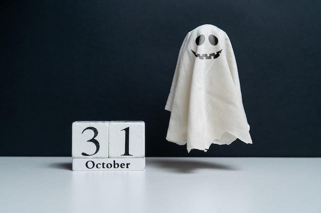 Fantasma rencoroso junto al calendario de octubre fiesta de halloween fiesta de halloween