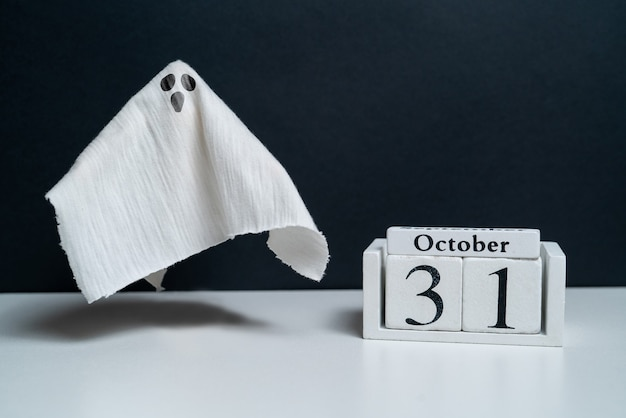 Fantasma sorprendido junto al calendario de octubre vacaciones de halloween