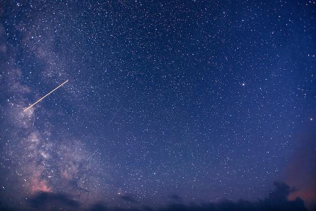 Fantástica lluvia de meteoritos de invierno y las montañas nevadas