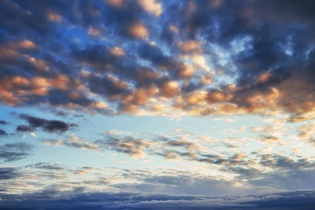 Fantástica puesta de sol en las montañas cúmulos