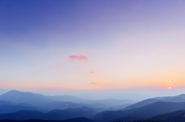 Fantástica puesta de sol en las montañas de ucrania