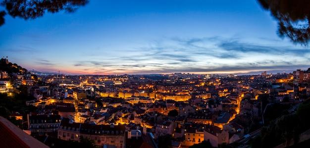 Fantástica vista nocturna del mirador graca, ubicado en lisboa, portugal.