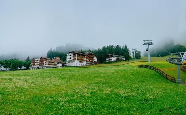 Fantásticas casas en las montañas.
