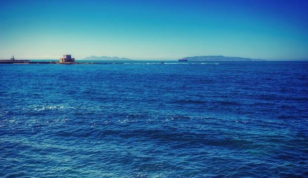 Fantásticas vistas al mar azul y al horizonte del cielo