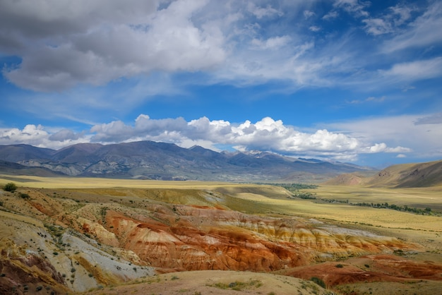 Fantástico paisaje de montaña desierta en un día soleado