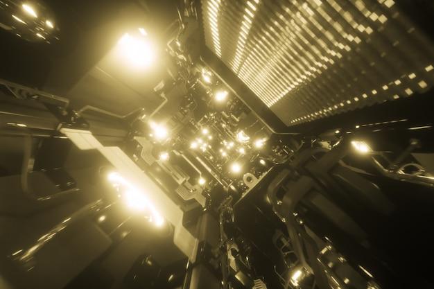 Fantástico vuelo en el corredor de metal de una nave espacial