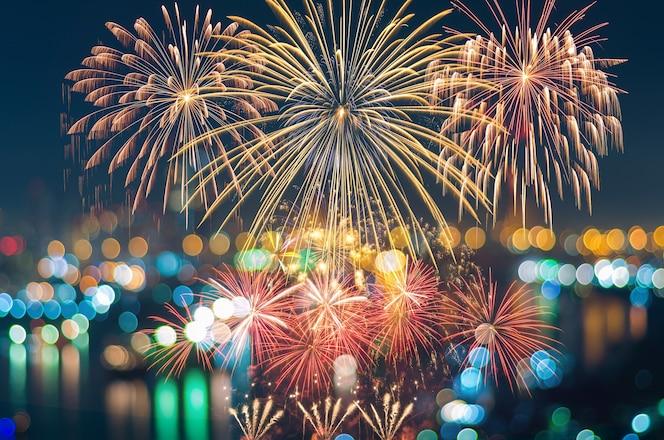Fantásticos festivos años nuevos coloridos fuegos artificiales en paisaje urbano