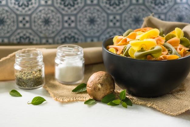 Farfalle tricolor alimento orgánico saludable. pasta italiana
