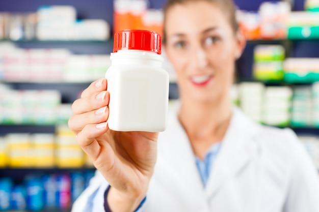 Farmacéutica femenina en su farmacia.