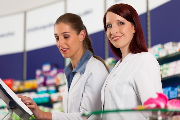Farmacéutico con asistente en farmacia