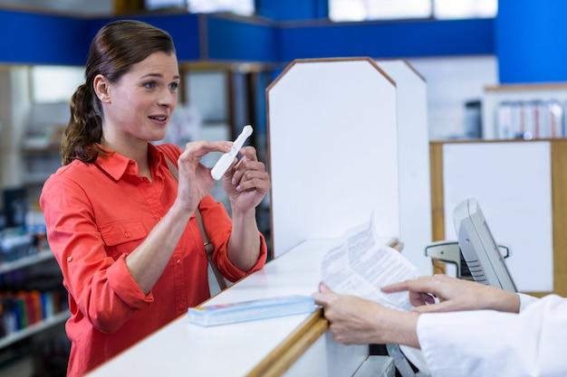 Farmacéutico ayudando medicina al cliente